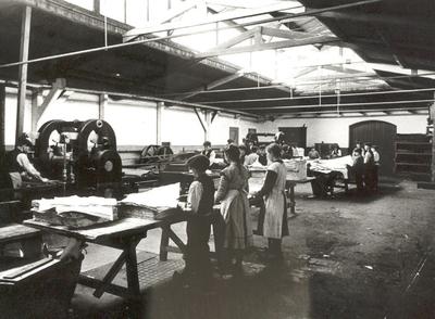 Image from object titled Kinderarbeid op de sorteerafdeling van papierfabriek van Gelder & Zonen (De Eendracht)