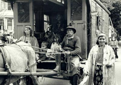 Image from object titled Koninginneoptocht. Groep zigeuners in woonwagen als onderdeel van alle activiteiten.