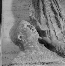 Reliefserie mit Stadtpatronen italienischer Regionen — Der heilige Ambrosius, Schutzheiliger Mailands, während der Belagerung in der Basilica Porzia