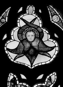 Apsisfenster mit Heiligenfiguren und Engeln — Glasbild mit Cherubim