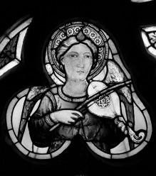 Apsisfenster mit Heiligenfiguren und Engeln — Musizierende Engel
