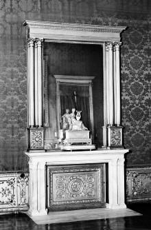 Kamin mit Doppelpilastern und einem Kaminaufsatz mit Spiegel gerahmt von korinthischen Säulen