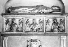 Grabmal des Erzbischofs Giovanni Scherlatti — Sarkophag — Sarkophagschauseite mit Reliefs