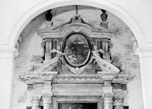 Altar Pannocchieschi d'Elci: Tod des Heiligen Thomas von Villanova — Giebelfeld