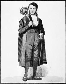 Stehender Mann in historischem Kostüm mit Säbel und Rassel (?)