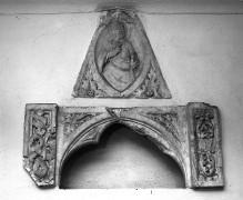 Tabernakelfragment mit Christusrelief vom Schrein eines Heiligen