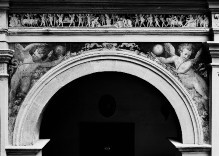 Ausschmückung des Hofes — Freskendekorationen mit Putten, Fabelwesen — Zug des Bacchus auf einen Altar zu; Putten mit Bällen