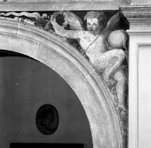 Ausschmückung des Hofes — Freskendekorationen mit Putten, Fabelwesen — Fischen im Arno; Putten mit Bällen