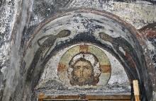 Die Ausmalung der Saalkirche — Mandylion, flankiert von der Heiligen Maria Aegyptiaca und dem Heiligen Zosimus im Gewände