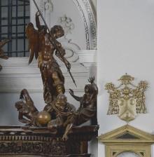 Die Ausstattung der Ersten Sakristei — Sakristeischrank — Der Triumph des Erzengels Michael über weltliche Mächte
