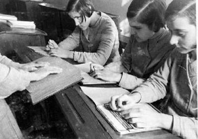 Image from object titled Alumnes de Braille rebent classe a un aula del Casal de Cegues Pi i Margall, a Barcelona