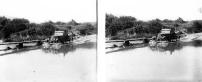 Ramon Claret i la seva dona Consuelo Campillo travessant un riu amb el seu automòbil.
