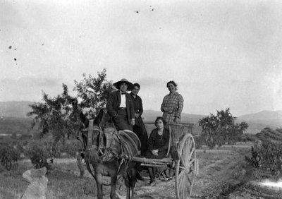 Retrat del fotògraf Joan Bert i la seva dona Rosa Padreny dalt d'un carro