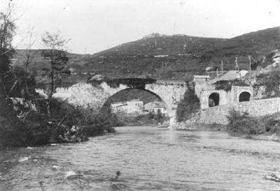 Vista d'un riu al seu pas per un poble