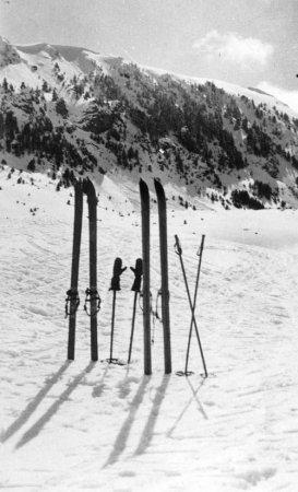 Esquís clavats a la neu