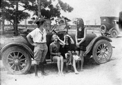 Grup de noies davant d'un cotxe a Pass Christian, Estats Units