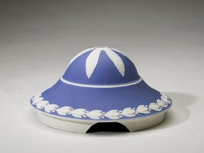 Lock till urna i blått med lagerblad och en bladranka av lager