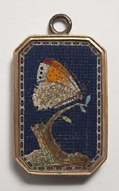 Hänge, oktogonalt, mikromosaik föreställande fjäril på kvist