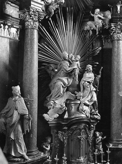 Hochaltar mit der heiligen Familie, den Heiligen Johann Nepomuk und Franz Xaver