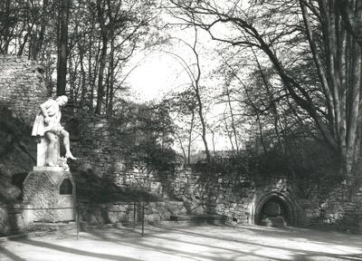 Ruine mit Shakespeare-Denkmal
