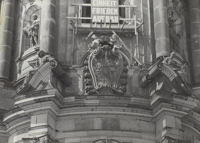 Poln.-Sächsisches Wappen mit Glauben (Fides, links) und Gerechtigkeit (Justitia, rechts)
