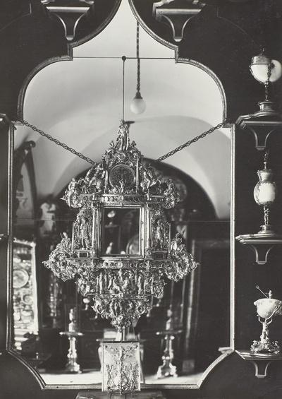 Spiegelrahmen in dem architektonischen Aufbau eines Wandepitaphs und mit reichem getriebenem Figurenschmuck und Schweifwerk-Ornament sowie mit hintermalten Glasmedaillons besetzt, Figuren: Traum des Propheten Daniel