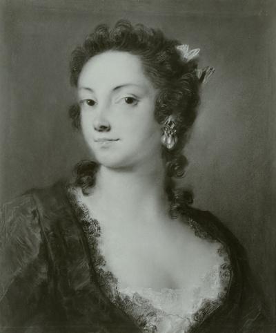Eine Dame in schwarzem Spitzenkleid mit rosa Schleife