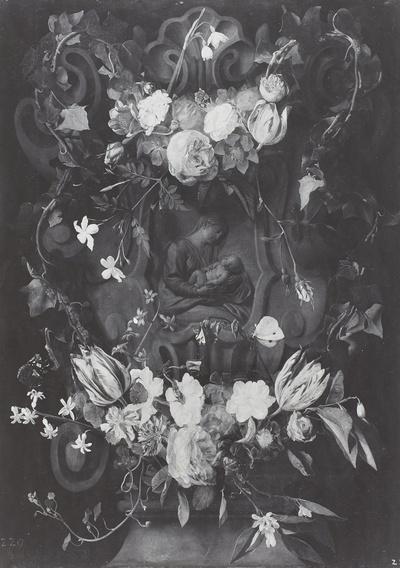 Blumenumranktes Steinrelief der Maria mit dem Kinde