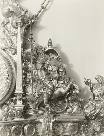 Spiegelrahmen in dem Aufbau eines Wandepitaphs, Figuren verkörpern den Traum des Propheten Daniels