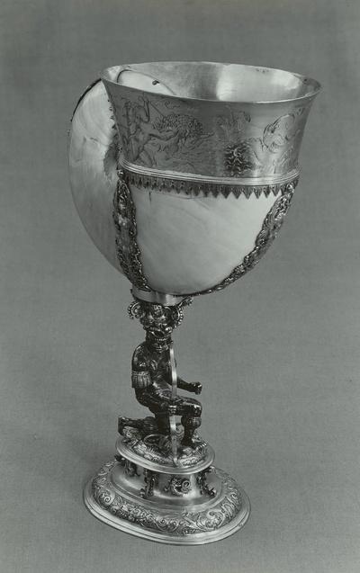 Nautilusmuschel von kniendem Neger getragen