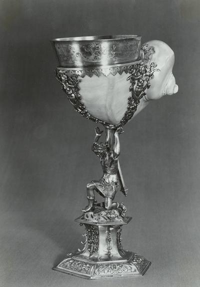 Pokal mit Perlmuttermuschel, von kniendem Neger getragen
