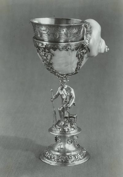 Pokal mit Perlmuttermuschel, von kniendem Neger mit Pfeil und Bogen getragen