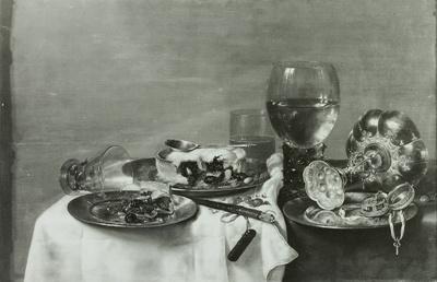 Ein Frühstückstisch mit einer Brombeerpastete