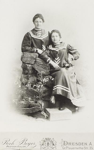 Zwei Schwestern in Matrosenkleidern