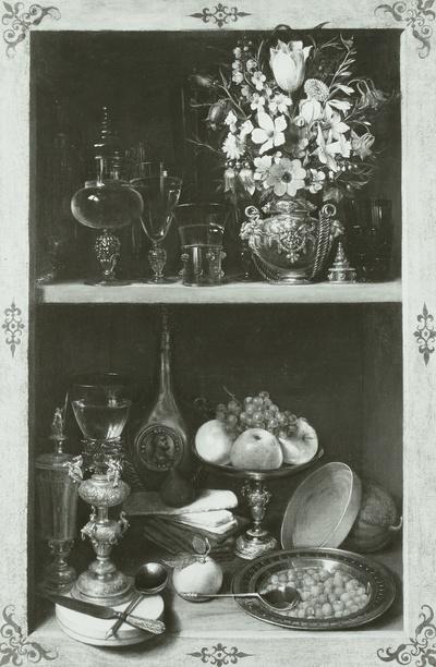 Regal mit Blumen, Obst und Pokalen