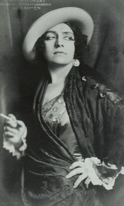Anka Horvat als Carmen in der gleichnamigen Oper von Georges Bizet. Königliche Hofoper Dresden, um 1915. Fotografie (Weltpostkarte) von Hugo Erfurth