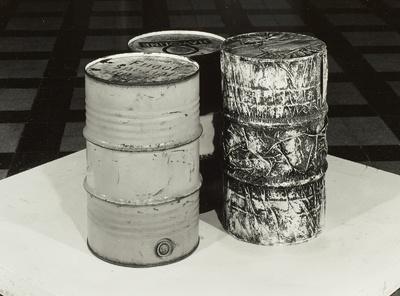 Three oil barrels, one wrapped (Drei Ölfässer, eines verpackt)
