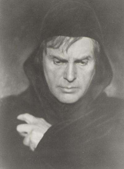 Paul Wiecke als Hamlet in William Shakespeares gleichnamigem Bühnenwerk. Staatsschauspiel Dresden, wohl 1916. Fotografie (Weltpostkarte mit Aufdruck) von Hugo Erfurth