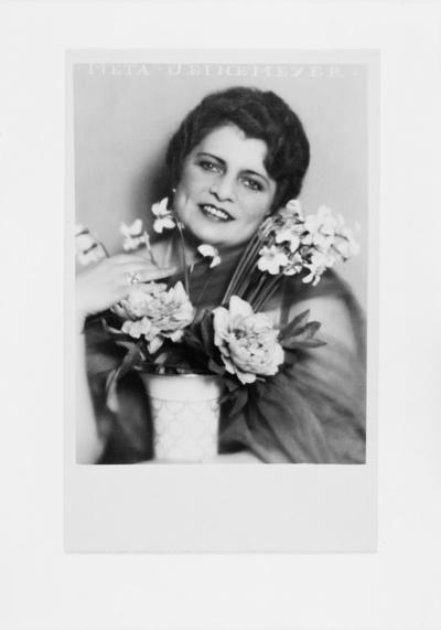 Meta Seinemeyer (1895 - 1929; Sopranistin). Halbporträt mit Frühlingsblumenstrauß in Vase