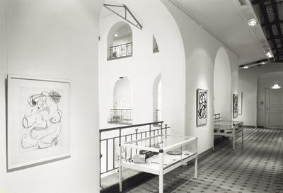 """Raumaufnahme im 2. Obergeschoß mit der Zeichnung """"Personage"""" von Juan Miró neben einer Schauvitirine mit einem Überwachungsgerät für Störfestigkeitsprüfungin der Ausstellung: Dreigestirn der Moderne - Picasso Miró Tàpies,..."""