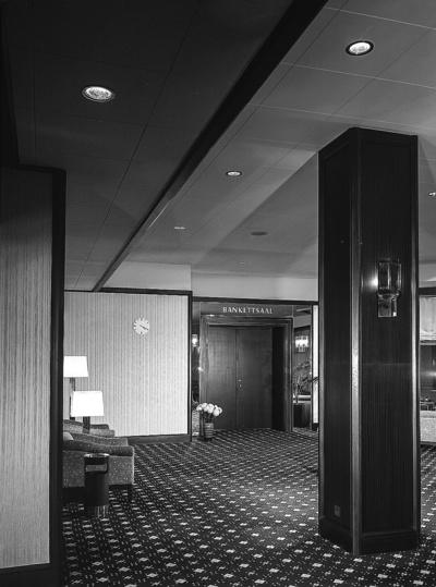 Wandvertäfelung mit Zugang zum Bankettsaal; Hotel Bellevue
