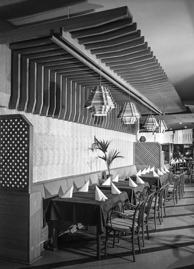 Tisch & Stuhl mit gepolsterter Sitzfläche; Hotel Bellevue