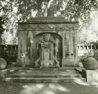 Urnenhain, Wehlener Straße; Grabmal der Familie Roesch