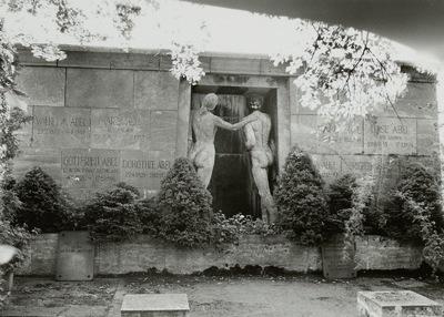 """Wandgrabmal der Familie Karl Abel mit einer Kopie des """"Monument der Toten"""" von Albert Bartholomé"""