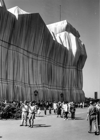 Berlin. Von Christo und Jeanne-Claude verhülltes Reichstagsgebäude (24.06.-07.07.1995)