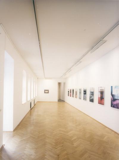 """Dresden-Neustadt: Kunst Haus Dresden, Rähnitzgasse 8. Ausstellung """"Success. Junge Kunst aus Dresden"""" vom 29. Juni 2001 bis 16. September 2001. Raumaufnahme mit Arbeiten aus der Reihe """"Auto Still"""" von David Adam"""