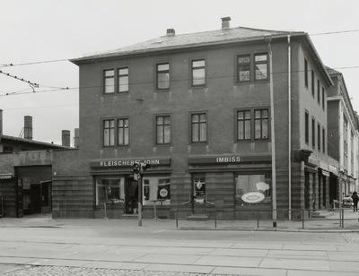 Wohnhaus mit Läden
