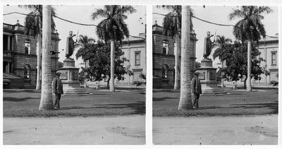 Honolulu (Hawaii), Downtown. Denkmal des Königs Kamehameha I. (1881; T. R. Gould) vor dem Gouvernementgebäude Ali'iōlani Hale