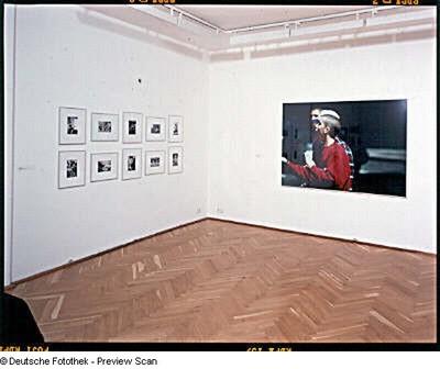 """Dresden-Neustadt. Kunst Haus Dresden. """"Ausstellung """"missing link. Menschen-Bilder in der Fotografie, 2001"""". Raumaufnahme mit Arbeiten von L. Clark (Tulsa (10teilig)) und B. Streuli"""