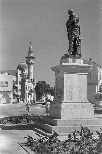 Constanța, Piaţa Ovidiu. Ovid-Denkmal (1887, E. Ferrari) und Carol-I.-Moschee (1910-1912; G. Constantinescu, V. Stefanescu)